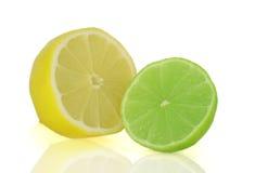 Zitrone- und Kalknahaufnahme auf weißem Hintergrund Lizenzfreie Stockfotos