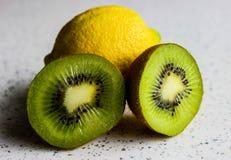 Zitrone und Kiwi Stockfotografie