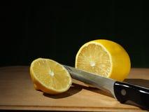 Zitrone und Messer stockfotografie