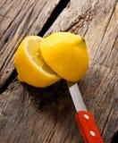 Zitrone und Messer. Auf hölzernem Brett. Lizenzfreie Stockfotografie
