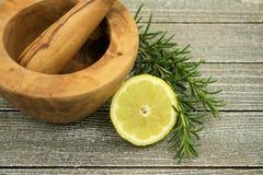 Zitrone und Rosmarin stockfoto