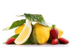 Zitrone und starwberries auf dem weißen Hintergrund stockfotografie