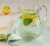 Zitrone und tadelloses Auffrischungsgetränk Lizenzfreie Stockfotografie