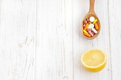 Zitrone und viele Pillen und Vitamine Platz für Text Konzept IL Lizenzfreies Stockfoto