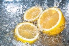 Zitrone und Wasser spritzt Lizenzfreies Stockfoto