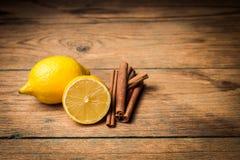 Zitrone und Zimt auf hölzernem Hintergrund Lizenzfreies Stockbild