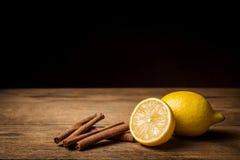 Zitrone und Zimt auf weißem Hintergrund Lizenzfreie Stockbilder