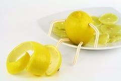 Zitrone und Zitronescheiben auf einer Hochebene stockfotos