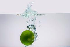 Zitrone unter Wasser Lizenzfreie Stockfotografie