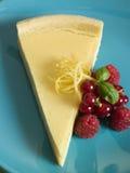 Zitrone-Vanillepudding-Törtchen mit Früchten Stockbilder