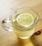 Zitrone-Wasser im Glasbecher Stockfotografie