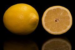 Zitrone zur Hälfte lizenzfreies stockfoto