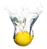 Zitronefrucht, die im Wasser spritzt lizenzfreie stockfotografie