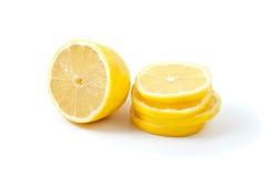 Zitronehälfte und -scheiben Lizenzfreie Stockbilder