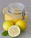 Zitroneklumpen und -zitronen Stockfotos