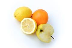 Zitronen, Apfel und Orange lokalisiert auf Weiß Stockbilder