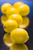 Zitronen auf blauem reflektierendem Hintergrund Stockbild