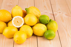 Zitronen auf dem Bretterboden Stockfotografie