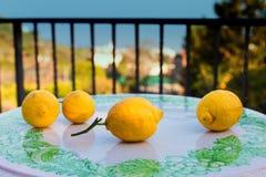 Zitronen auf der keramischen Tabelle Stockfotos