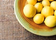 Zitronen auf der Platte (geerntet) Lizenzfreie Stockfotografie