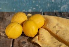 Zitronen auf einem blauen Hintergrund stockfotografie