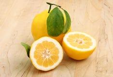 Zitronen auf einem hölzernen Vorstand Stockfoto