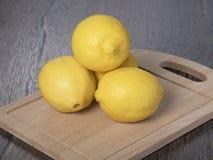 Zitronen auf einem Schneidebrett Lizenzfreie Stockfotografie