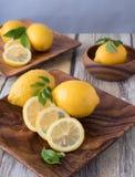 Zitronen auf einer hölzernen Platte mit Kopienraum Stockfotos