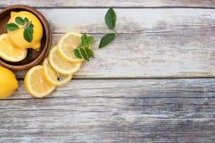 Zitronen auf einer hölzernen Platte mit Kopienraum Stockfoto