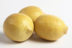 Zitronen auf einer Tabelle Stockfoto