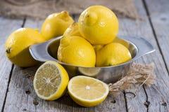 Zitronen auf hölzernem Hintergrund der Weinlese Stockbild
