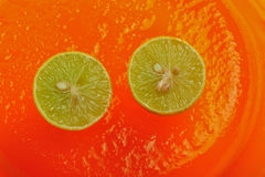 Zitronen auf orange Gelee 3 Stockfoto
