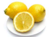 Zitronen auf Platte Stockbilder