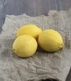 Zitronen auf rauem Gewebe Lizenzfreie Stockbilder