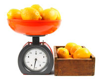 Zitronen auf Skalen und in einem Kasten Stockbild