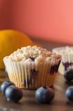 Zitronen-Blaubeermuffin mit zerfallenem Zuckerbelag Lizenzfreies Stockbild