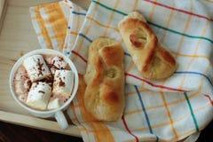 Zitronen-Brötchen auf Serviette und Kakao Stockbild