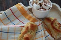 Zitronen-Brötchen auf Serviette und Kakao Stockfotos