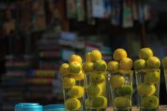 Zitronen in den Schalen Stockfotos