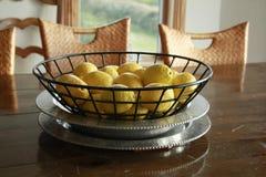 Zitronen in einem Draht-Korb Stockfoto