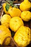 Zitronen in einem hölzernen Kasten stockbilder