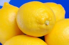 Zitronen in einer blauen Schüssel. lizenzfreies stockbild