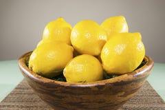 Zitronen in einer Schüssel Stockbild