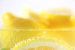 Zitronen im Wasser mit Luftblasen Stockfoto