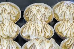 Zitronen-Meringe-Torten-Vanillepudding-Törtchen Stockfotos