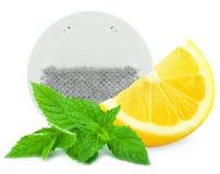 Zitronen-, Minzen- und Teebeutel Stockfotografie