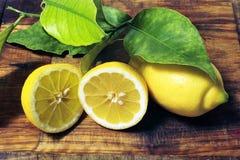 Zitronen mit Blättern Stockfotografie