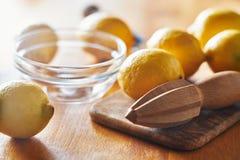 Zitronen mit dem hölzernen Bohrwerkzeug bereit juiced und zusammengedrückt zu werden lizenzfreie stockfotos