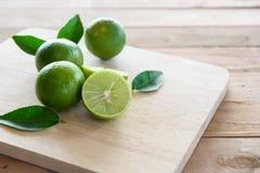 Zitronen mit grünem Blatt Stockbild