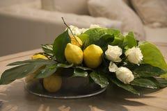 Zitronen mit Rosen Stockfotos